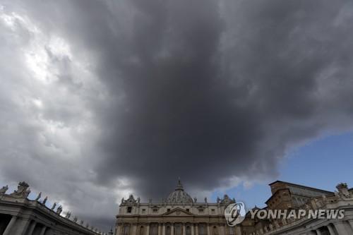 먹구름이 드리운 바티칸 성베드로 대성당 [AP=연합뉴스]