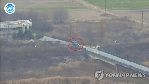 '72시간 다리' 향하는 귀순 북한병사의 차량[연합뉴스 자료사진]