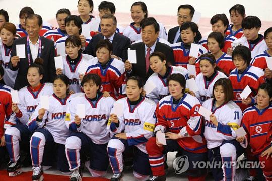 (서울=연합뉴스) 남북은 17일 판문점 남측 '평화의집'에서 개최한 북한의 평창동계올림픽 참여를 위한 차관급 실무회담에서 여자아이스하키 종목에서 남북단일팀을 구성하기로 하는 등의 11개항의 공동보도문을 채택했다. 사진은 지난 2017년 강릉에서 열린 세계선수권 디비전Ⅱ 그룹 A 대회에서 남북한 선수들이 기념촬영을 하는 모습. 2018.1.17 [연합뉴스 자료사진]