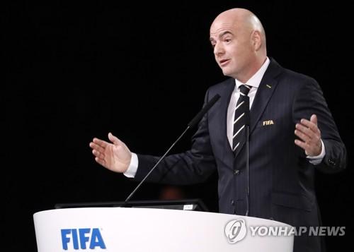 잔니 인판티노 FIFA 회장이 13일(한국시간) 러시아 모스크바 엑스포센터에서 열린 제68차 FIFA 총회에서 연설하고 있다.(EPA=연합뉴스)