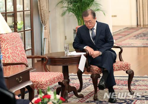 【싱가포르=뉴시스】 문재인 대통령이 이달 내 개각을 단행하는 것으로 알려졌다. 사진은 싱가포르를 국빈 방문 중인 문재인 대통령이 12일 대통령궁 이스타나에서 리센룽 총리와의 정상회담에 앞서 자료를 검토하는 모습이다. (사진=뉴시스 자료사진) 2018.07.12.