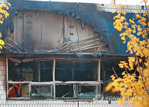 (서울=연합뉴스) 9일 오전 화재가 발생한 서울 종로구 관수동의 한 고시원에서 소방 관계자들이 사고 수습을 하고 있다.