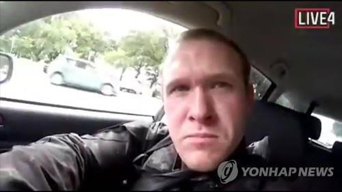 총격범 추정 인물이 차를 몰고 가며 촬영한 자신의 모습. [AP=연합뉴스]
