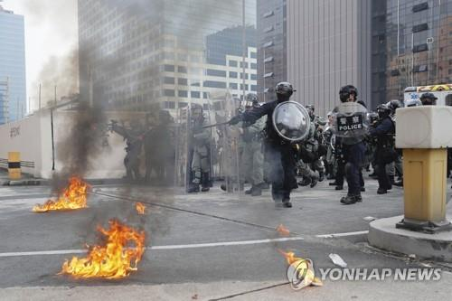 시위대와 대치 중인 홍콩 경찰[AP=연합뉴스]