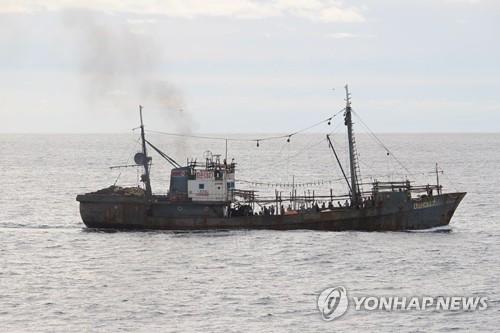 (도쿄 AP=연합뉴스) 7일 일본 이시카와현 노토반도 북서쪽 해상에서 일본 어업 단속선과 충돌한 북한 어선으로 일본 수산청이 제공한 사진.