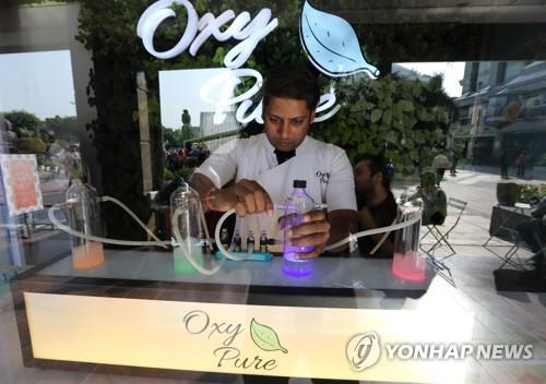 '가스실' 인도 뉴델리에 등장한 산소 카페 '옥시 퓨어' [EPA=연합뉴스]