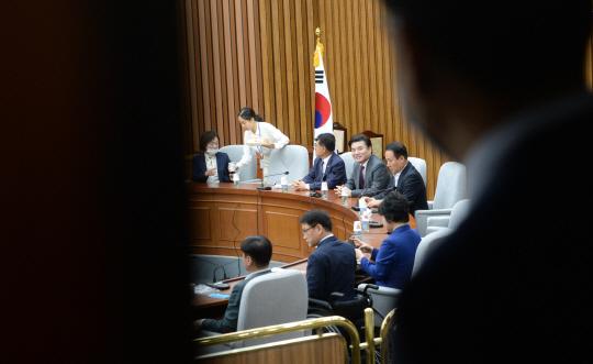 원유철(뒤쪽 왼쪽 네 번째) 미래한국당 대표가 22일 오전 국회 회의실에서 미래통합당과의 합당 문제를 논의하기 위해 21대 당선인들과 간담회를 하고 있다.
