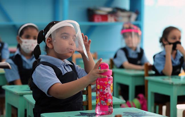 15일 이집트 카이로의 노트르담 학교 유치원에서 어린이들이 투명한 안면 보호대를 착용하고 수업을 듣고 있다. EPA 연합뉴스