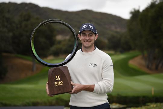 미국의 패트릭 캔틀레이가 26일 오전(한국시간) PGA투어 조조챔피언십 우승 트로피를 들고 포즈를 취하고 있다.  USA투데이 연합뉴스