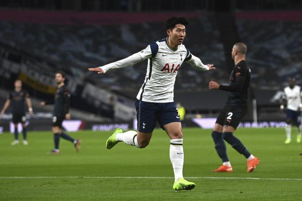 토트넘 홋스퍼의 손흥민이 22일(한국시간) 영국 런던의 토트넘 홋스퍼 스타디움에서 열린 맨체스터시티와 EPL 홈경기에서 전반 5분 골을 넣은 후 세리머니를 펼치고 있다. AP뉴시스