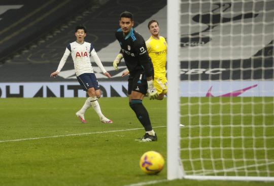 토트넘 홋스퍼의 손흥민이 14일 오전(한국시간) 영국 런던의 토트넘 홋스퍼 스타디움에서 열린 EPL 홈경기에서 후반 26분 결정적인 슈팅을 날렸으나 공은 골대를 향하고 있다.  AP연합뉴스